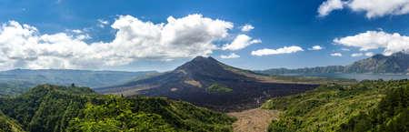 バトゥール火山、インドネシア ・ バリ島キンタマーニ高原から青空とアグン山のパノラマ ビュー