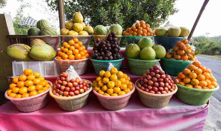 canastas con frutas: frutas tropicales en cestas en el mercado de frutas, Kintamani, Bali Indonesia
