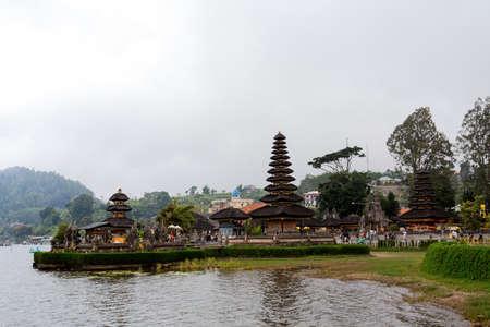 templo: El m�s famoso templo del agua pura Ulun Dana en un lago Beratan. Bali, tarde soleada, con niebla
