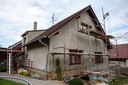建設や修理は農村家、ファサード、断熱材を固定し、色を使用して新しい外観を