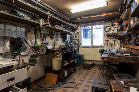 herramientas de carpinteria: verdadera casa taller de bricolaje doméstico sucia llena de herramientas, desordenado, listo para el trabajo