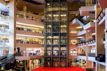 YAKARTA - el 10 agosto: Mothercare - Mall Taman Anggrek, interior del gran centro comercial en Yakarta. 10 de agosto de, 2015, en Jakarta, Indonesia.