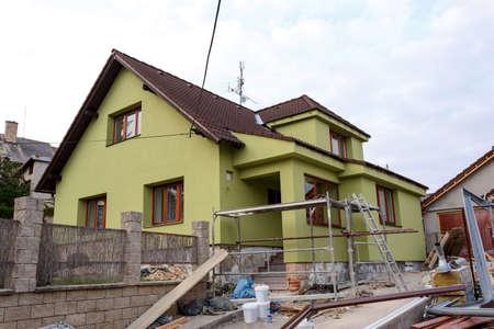 建設や修理は農村家、ファサード、断熱材を固定し、色を使用して