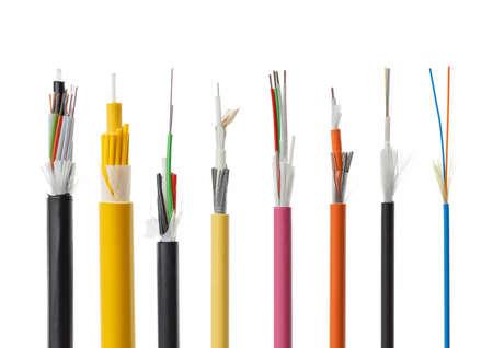 Colección de cables de fibras ópticas aisladas sobre fondo blanco. tubos sueltos con fibras ópticas y miembro central fuerza incluyendo hilo de vidrio para barrera de agua y el cordón de apertura, multimodo o monomodo Foto de archivo