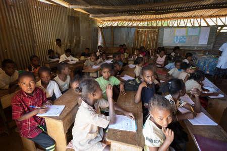 MADAGASKAR OKTOBER 17.2016: Madagassische Schulkinder im Klassenzimmer, Provinz Toamasina, 17. Oktober 2016, Madagaskar Editorial