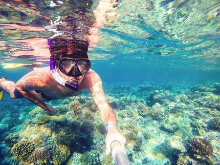 Sous l'eau sous les tropiques paradis avec snorkeling l'homme, les poissons et les récifs coralliens, belle vue sur la mer tropicale. Safaga, Egypte. snorkeling vacances vacances notion Banque d'images