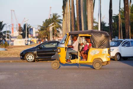 rikscha: TOAMASINA, MADAGASCAR - OCTOBER 17, 2016: Traditional rickshaw with malagasy peoples in Madagascar second largest city Toamasina. Ordinary street life in Toamasina, Madagascar October 17. 2016