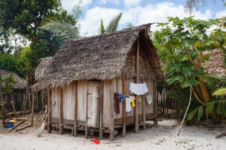 Traditionele Afrikaanse hut van Madagascar in Maroantsetra-gebied, typisch dorp in Noordoost-Madagascar in het nationale park van Masoala, Toamasina-Provincie.