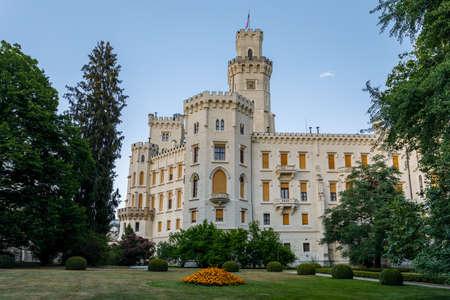 美しい白いルネサンス城城フルボカ nad ブルタバ チェコ共和国。 写真素材