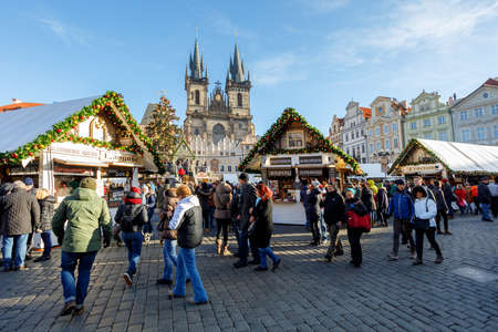PRAGUE, CZECH REPUBLIC - DECEMBER 9, 2017: Peoples on the famous advent Christmas market at Old Town Square with christmas tree in Prague. It is very popular destination with tourists visiting Prague. December 9, 2017 Prague, Czech Republic. 報道画像