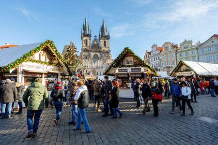 프라하, 체코 공화국 -2012 년 12 월 9 일 : 프라하에서 크리스마스 트리와 올드 타운 스퀘어에서 유명한 출현 크리스마스 시장에 사람들. 그것은 프라하를 방문하는 관광객들과 매우 인기있는 목적지입니다. 2017 년 12 월 9 일 프라하, 체코. 스톡 콘텐츠 - 91643837