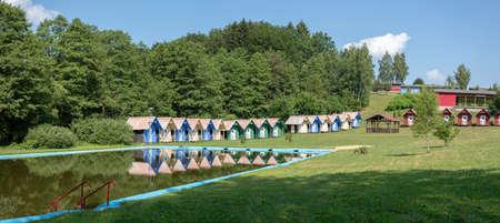bellissimi chalet blu in un campo estivo per bambini situato vicino al laghetto Archivio Fotografico