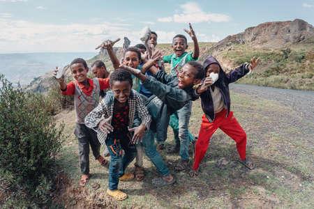 REGIÓN DE OROMIA, ETIOPÍA, 19 DE ABRIL DE 2019, Grupo de muchachos adolescentes etíopes felices en la carretera posando para los turistas para la foto. Región de Oromia, Etiopía, 19 de abril de 2019 Editorial