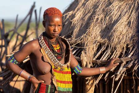 Turmi, Omo River Valley, Äthiopien - 10. Mai 2019: Porträt einer Hamar-Frau im Dorf. Die Hamer sind ein primitiver Stamm und die Frauen haben viele Dekorationen. Südäthiopien Afrika Editorial
