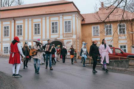 PUKLICE, TSCHECHISCHE REPUBLIK - 2. MÄRZ 2019: Die Menschen nehmen am slawischen Karneval Masopust teil, einer traditionellen zeremoniellen Prozession von Tür zu Tür in einem kleinen Dorf. 13. Januar 2016 in Puklice, Tschechien Editorial