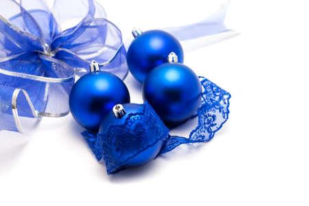 encajes: Bolas de Navidad azul con encaje y arco sobre un fondo blanco de cerca