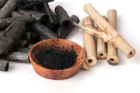 대나무 숯을 태우고 가루로 만듭니다.
