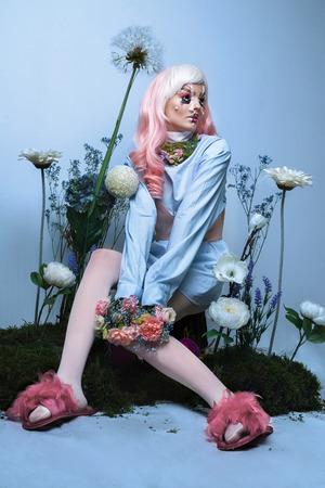 若い女性の身に着けているファッションの美しさの肖像画の創造的な髪型と明るい化粧ドレスします。 写真素材