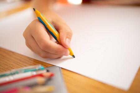 Kinderzeichnung mit Farbstiften