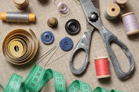 Matériel de couture. 'Nature morte' composée d'outils et d'accessoires de tailleur. Banque d'images