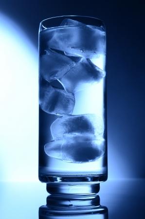 pohár vizet helyszínen világoskék jég