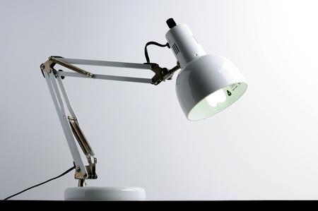 fehér lámpa asztal
