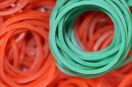 Közelkép a színes gumiszalag - zöld, piros