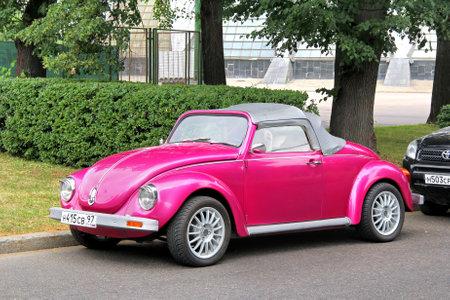 모스크바, 러시아 -7 월 7, 2012 도시 거리에서 핑크 폭스 바겐 비틀 사용자 지정 자동차 에디토리얼