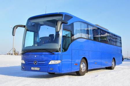 motor de carro: Novyy Urengoy, Rusia - 08 de marzo 2014: Azul Mercedes-Benz Tourismo O350RHD entrenador interurbano en la calle de la ciudad. Editorial