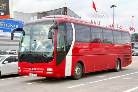 uomo rosso: MOSCA, RUSSIA - 29 settembre 2012: Red MAN R07 Lions allenatore allenatore interurban al via della citt�.