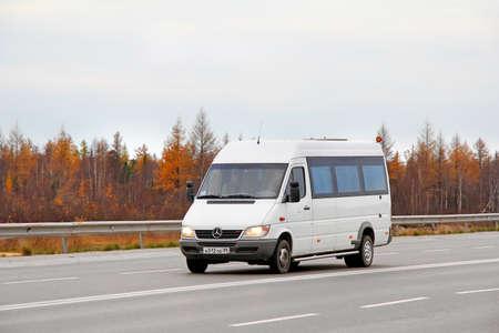 Novyy Urengoy, Russland - 22. September 2012: Weißer Mercedes-Benz Sprinter Stadtbus an der Stadtstraße.