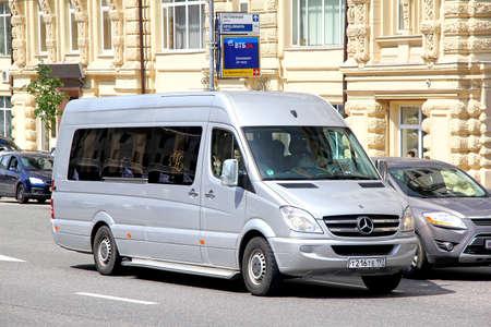 passenger buses: Moscú, Rusia - 02 de junio 2013: Plata Mercedes-Benz W906 Sprinter minibús turístico en la calle de la ciudad ..
