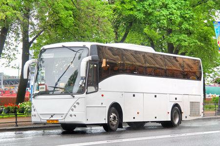 motor de carro: SAN PETERSBURGO, Rusia - 26 de mayo 2013: Blanco Jonckheere Arrow entrenador interurbano en la calle de la ciudad.