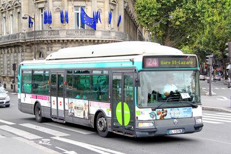 PARIS, FRANCIA - 08 de agosto 2014: Autobús urbano Renault Agora S GNV en la calle de la ciudad.