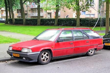 motor de carro: AMSTERDAM, Holanda - 10 de agosto 2014: Franc�s coche retro ra�ces rotura Citroen BX en la calle de la ciudad.