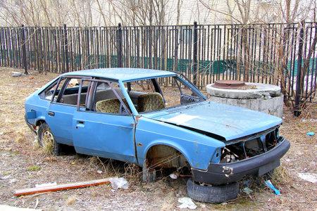 plundering: Novyy Urengoy, Rusland - 31 maart 2013: Verlaten sovjet voertuig Moskvitch 2141 op de stad straat.