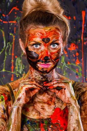 lepra: Mujer joven hermosa cubierta con pinturas multicolores Foto de archivo