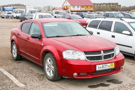 avenger: UFA, Rusia - 19 de abril de 2012: Coche de motor Dodge Avenger en el centro del comercio de coches usados.
