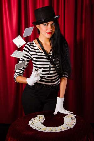 mago: Mago joven hermosa con una baraja de cartas