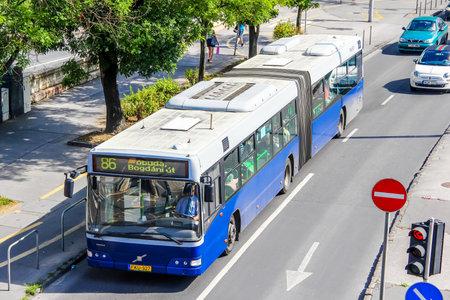 motor de carro: BUDAPEST, HUNGRÍA - 23 DE JULIO, 2014: autobús urbano articulado Volvo 7700A en la calle de la ciudad. Editorial