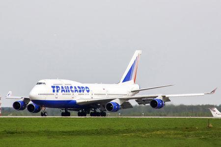 boeing 747: MOSCA, RUSSIA - 10 MAGGIO 2013: Transaero Boeing 747 rullaggio alla pista dell'aeroporto internazionale di Domodedovo. Editoriali