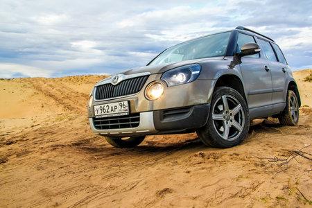 desierto: Novyy Urengoy, Rusia - 05 de septiembre 2015: Coche Motor Skoda Yeti en el desierto de arena. Editorial