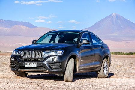 super cross: ANTOFAGASTA, CHILE - 15 de noviembre, 2015: coche de motor de lujo BMW X4 F26 en el desierto de Atacama en el fondo de un volc�n.