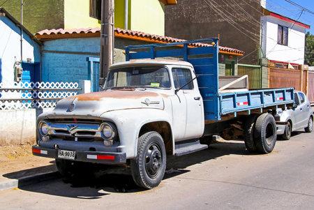 motor de carro: CALAMA, CHILE - NOVEMBER 17, 2015: Retro truck Ford F600 at the town street.