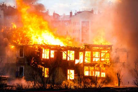 incendio casa: Fuego en una casa de madera vieja