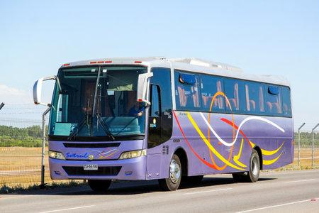 SANTIAGO, CHILI - LE 24 NOVEMBRE 2015: Autobus Busscar El Buss 340 à l'autoroute interurbaine.