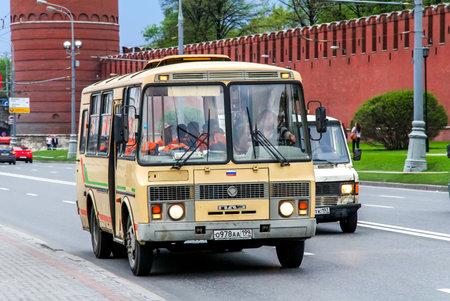 Moscou, Russie - 5 mai 2012: bus de la ville PAZ 32053 dans la rue de la ville.