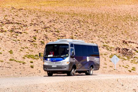 ANTOFAGASTA, CHILI - 16 NOVEMBRE 2015: Petit bus touristique Higer H72.26 dans le désert d'Atacama.