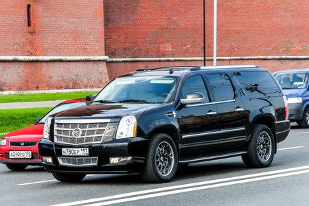 alumnos en clase: Moscú, Rusia - 5 de mayo de 2012: Coche de motor Cadillac Escalade en la calle de la ciudad. Editorial