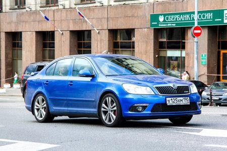 motor de carro: Moscú, Rusia - 2 DE JUNIO, 2013: Coche de motor RS Skoda Octavia en la calle de la ciudad.